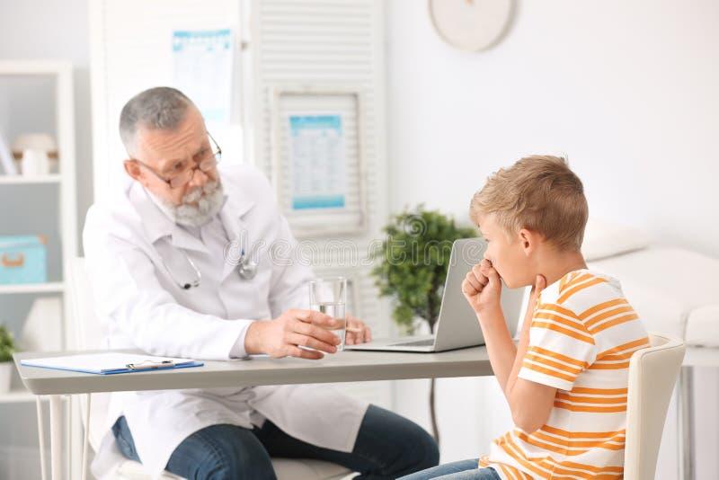 Kasłać chłopiec odwiedza lekarkę fotografia stock
