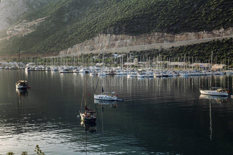 Kas Turkiet, 05/16/2019: Marina med yachter i aftonsolen H?rligt landskap arkivbilder