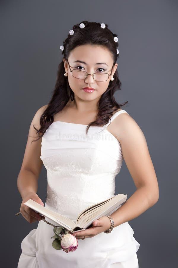 Kasachische junge Frau mit einem Buch in ihren Händen lizenzfreies stockbild