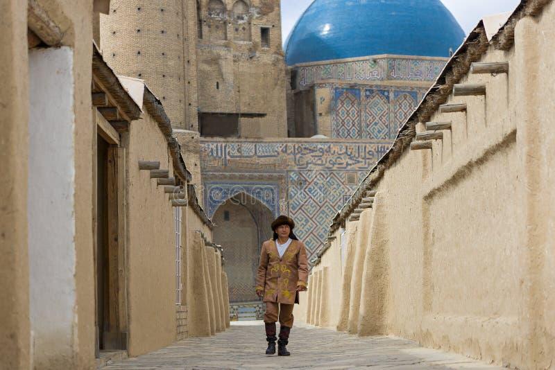 Kasachischer Mann in nationalem kostümiert, im Mausoleum von Khoja Ahmed Yasawi, in Turkestan, Kasachstan lizenzfreie stockfotos