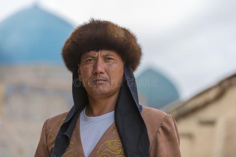 Kasachischer Mann in nationalem kostümiert, im Mausoleum von Khoja Ahmed Yasawi, in Turkestan, Kasachstan stockfotos