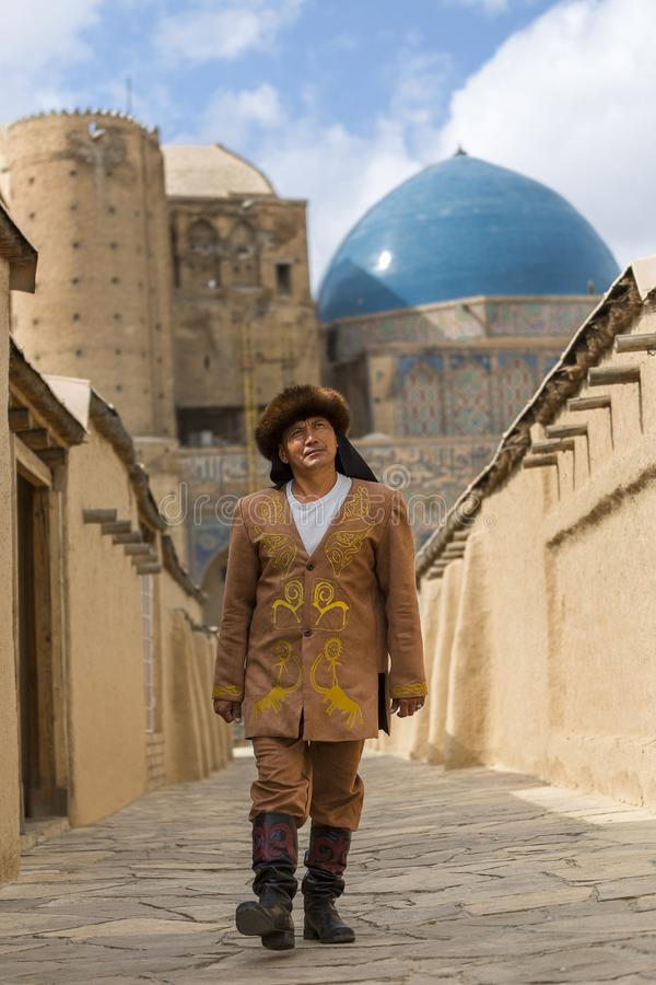 Kasachischer Mann in nationalem kostümiert, im Mausoleum von Khoja Ahmed Yasawi, in Turkestan, Kasachstan lizenzfreies stockbild