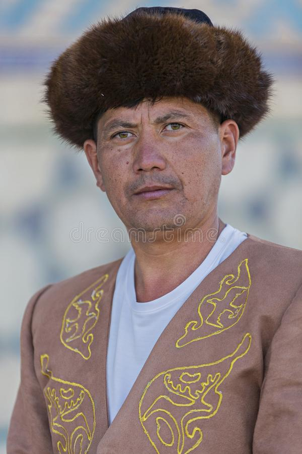Kasachischer Mann in nationalem kostümiert, in Turkestan, Kasachstan lizenzfreie stockbilder