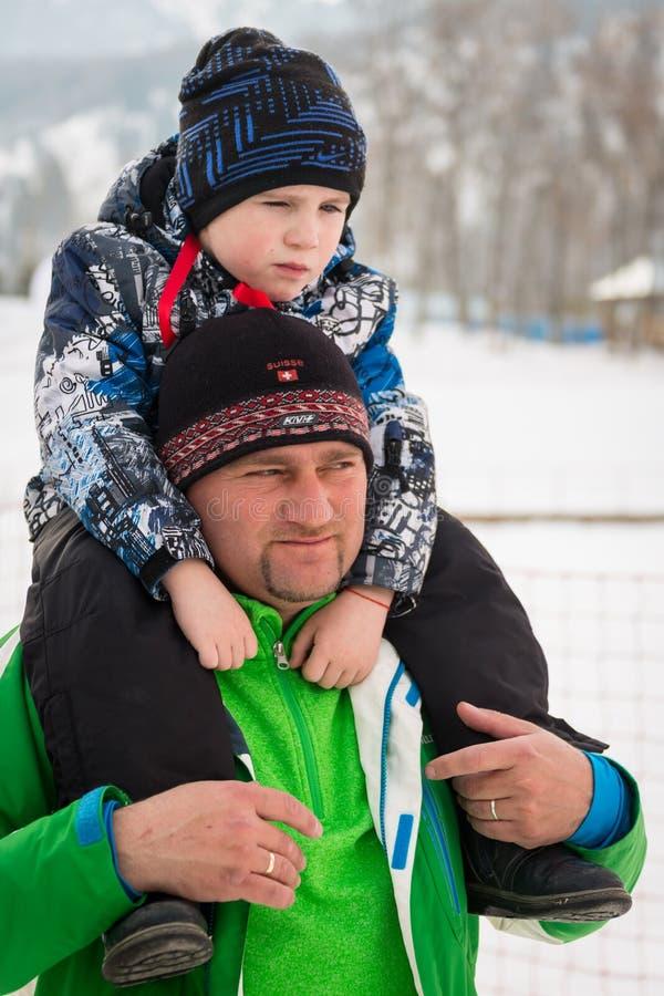 KASACHSTAN, ALMATY - 25. FEBRUAR 2018: Amateurskilanglaufwettbewerbe von ARBA-Ski Fest 2018 teilnehmer stockfotos