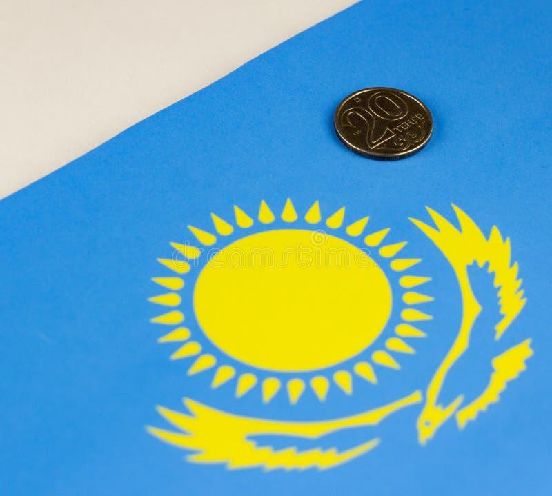 Kasachstan-Geld vor dem hintergrund des kasachischen Flaggenkapitals lizenzfreies stockfoto