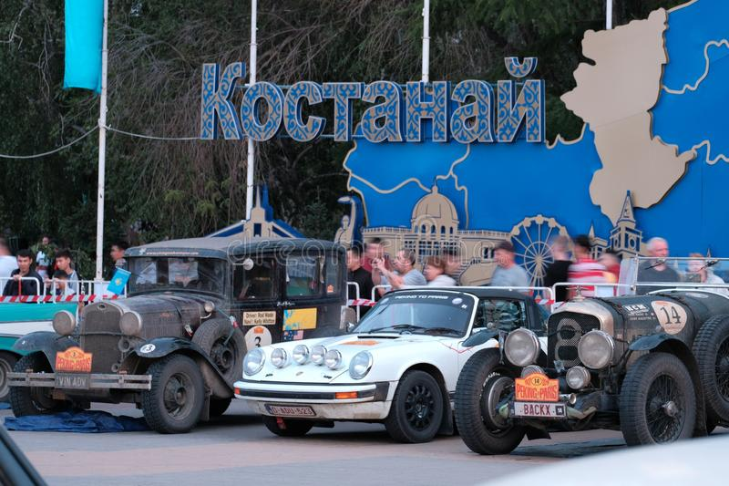 Kasachstan, Kostanay, 2019-06-20, das 7. Peking zum Paris-Sammlungs-Motor Retro- Autos Porsche, Ford, Buick, herein geparkt nahe  stockfotografie