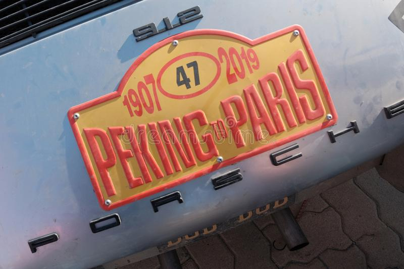 Kasachstan, Kostanay, 19-06-19, sammeln Peking nach Paris Das Emblem eines Weinleseautos Porsche 912 Nahaufnahme der Rückseite vo lizenzfreie stockfotos