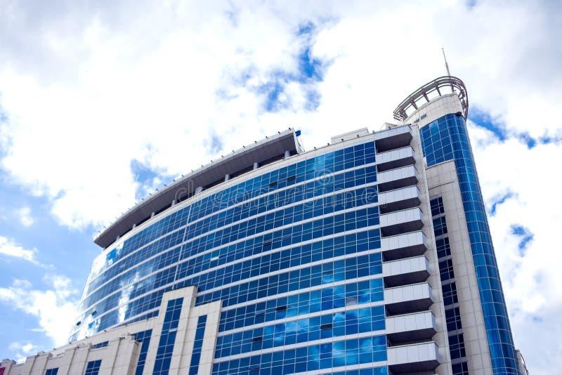 Kasakhstan Astana, 22 09 2018 Modern byggnadsarkitektur med blå himmel och moln royaltyfri bild