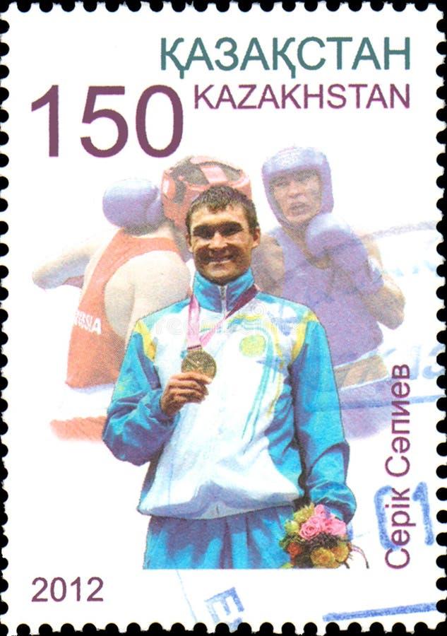 KASAKHSTAN - CIRCA 2012: Portostämpel som skrivs ut i den olympiska mästaren Serik Sapiev för Kasakhstan shower royaltyfri fotografi