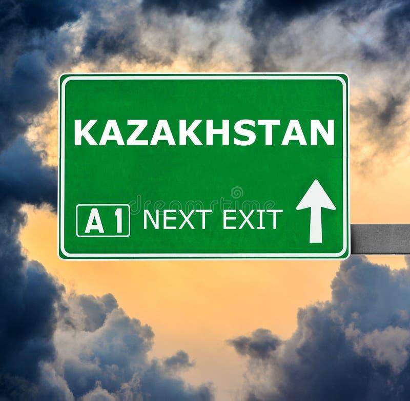 Kasakhstan v?gm?rke mot klar bl? himmel royaltyfri fotografi