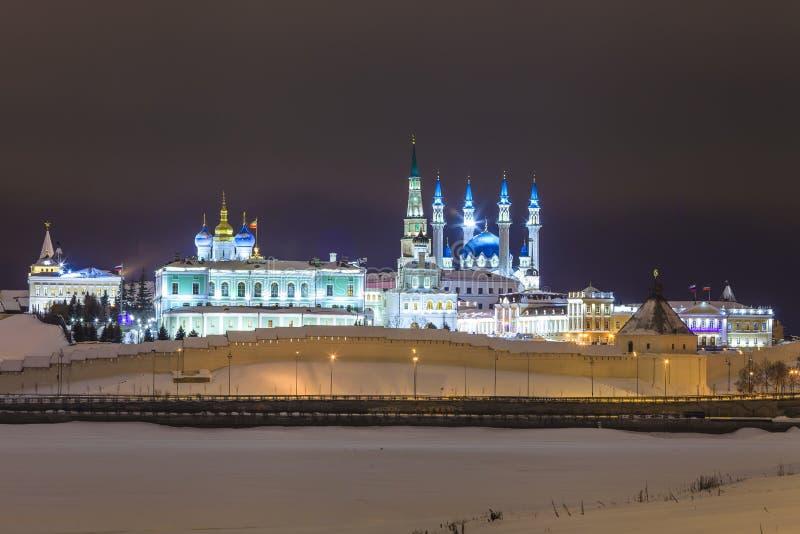 Kasan der Kreml belichtet nachts Tatarstan lizenzfreie stockbilder