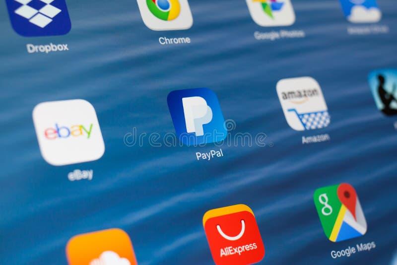 KASAN, RUSSLAND - 3. JULI 2018: Apple-iPad mit Ikonen des Social Media Paypal in der Mitte lizenzfreies stockbild