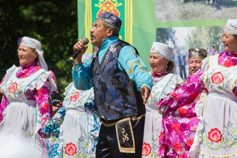 KASAN, RUSSLAND - 23. JUNI 2018: Traditionelles tatarisches Festival Sabantuy - nationale tatarische Ensemblevolkslieder und -tän stockfoto