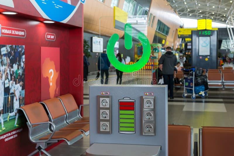 Kasan, Russland - 25. März 2017 Freie Aufladung im Flughafen in der Abfahrtzone lizenzfreies stockfoto