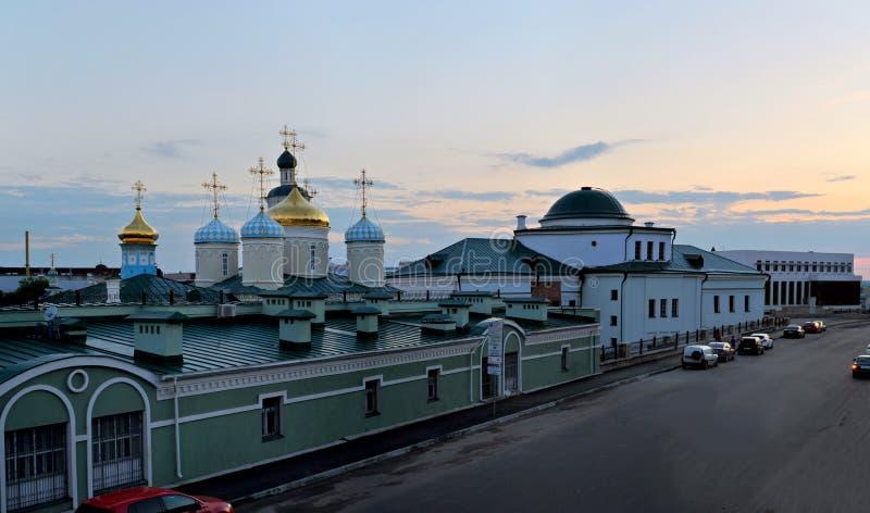 Kasan, Tatarstan, Russland - 27. Mai 2019: Glättung der Ansicht der Pokrovskaya-Kirche und der Nikolsky-Kathedrale von Profsoyuzn stockfotos