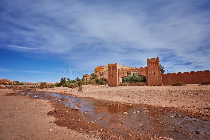 Kasbah Ait Ben Haddou alla notte nel Marocco fotografia stock libera da diritti