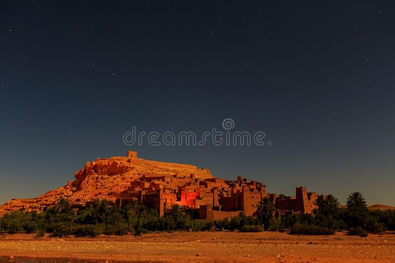 Kasbah Ait Ben Haddou alla notte nelle montagne di atlante del Marocco fotografia stock libera da diritti
