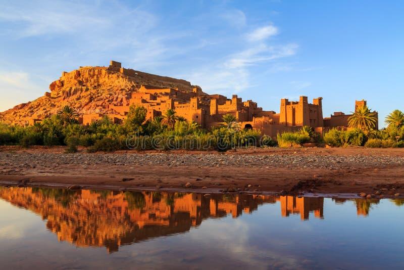 Kasbah Ait Ben Haddou in de Atlasbergen van Marokko bij sunse stock afbeelding