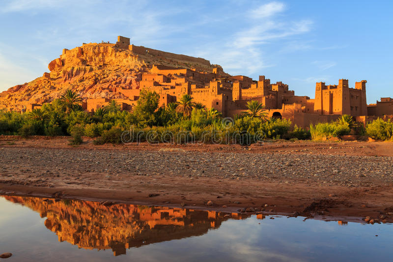 Kasbah Ait Ben Haddou w atlant górach Maroko przy sunse obrazy royalty free