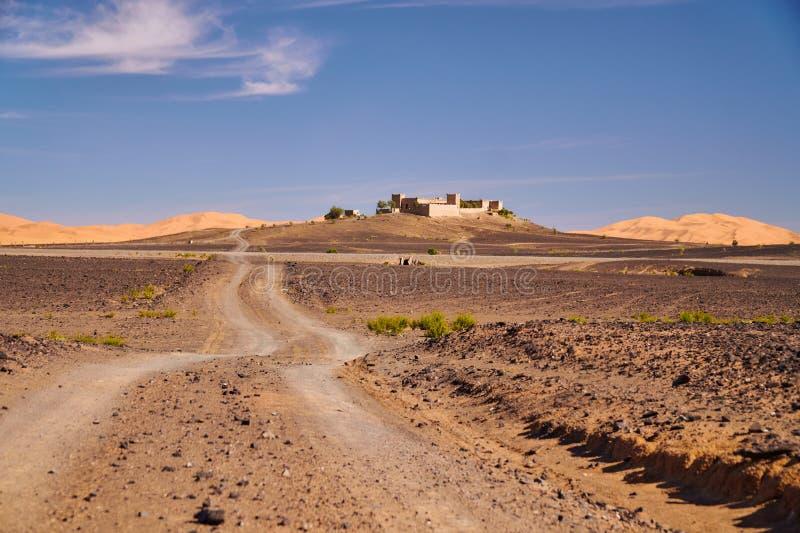 Kasbah marroquí antiguo cerca de las grandes dunas del desierto del Sáhara imagen de archivo