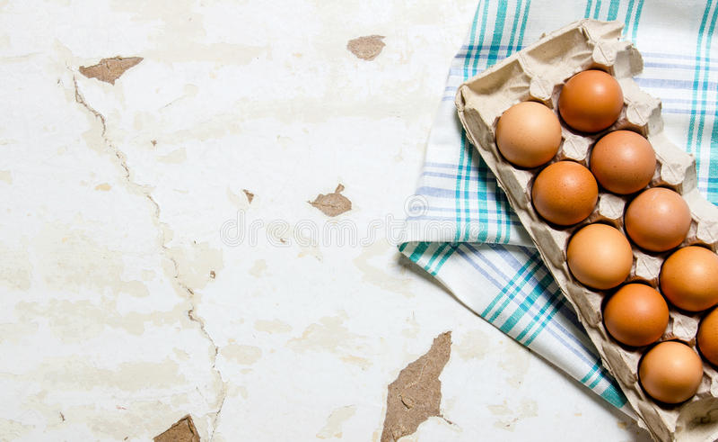 Kaseta z jajkami na tkaninie fotografia stock
