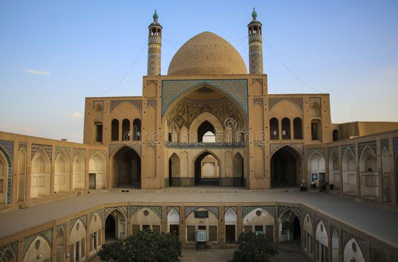 KASHAN, IRAN 23 SEPTEMBER, 2018: De school en de moskee van Aghabozorg stock afbeelding
