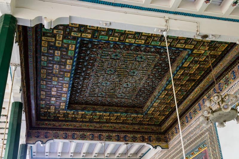 Kashgar, Xinjiang, China: telhado de madeira cinzelado no pátio da mesquita da identificação Kah, as atrações as mais famosas em  fotografia de stock royalty free