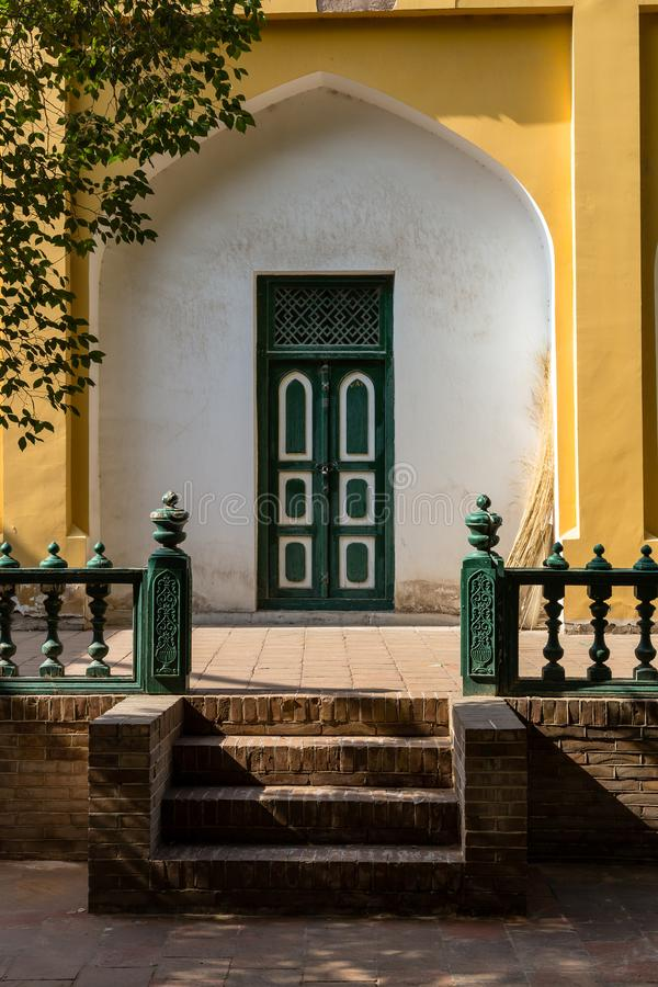 Kashgar Xinjiang, Kina: en dörr i inre av moskén för ID Kah, de mest berömda dragningarna i Kashgar den forntida staden royaltyfria foton