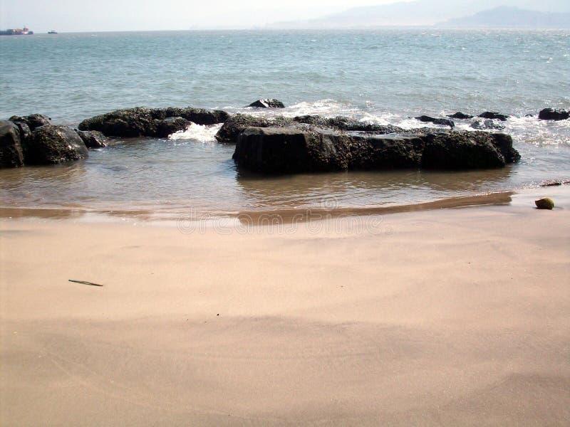 KASHID-Strand im Maharashtra, in Indien mit Felsen in der Front und in den Schiffen kann im Hintergrund gesehen werden lizenzfreie stockfotografie
