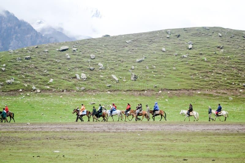 Kashmir, India Oktober 2018 - Landschapsmening van Gulmarg een populaire de bestemmingsscène van de heuvelpost in de zomertijd va stock afbeelding