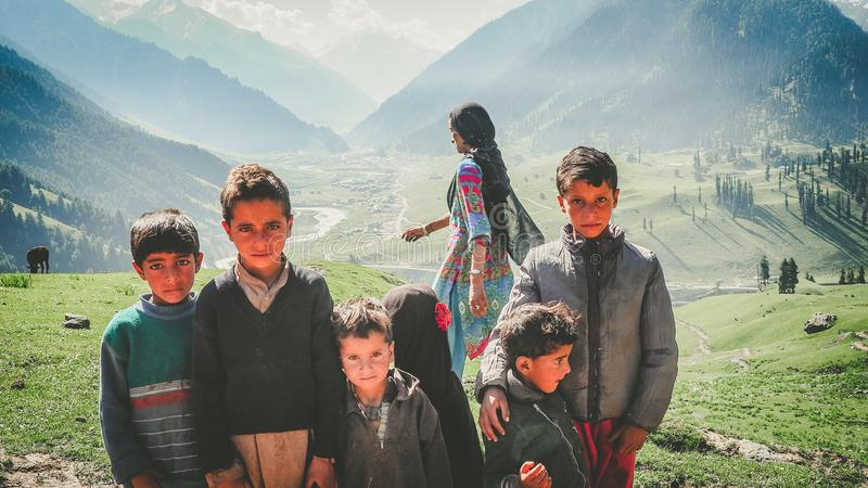 KASHMIR INDIEN - JULI 2, 2017: Oidentifierad fattig indisk tiggarepojke på gatan i Kashmir Barn av de tidiga åldrarna är ofta arkivfoton