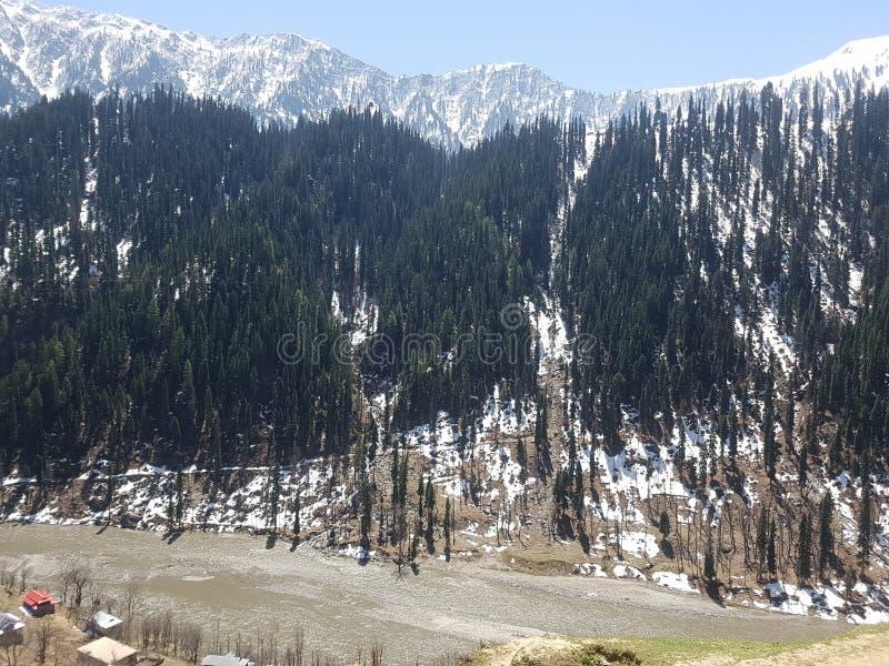 Kashmir que negligencia o rio de Neelum imagens de stock