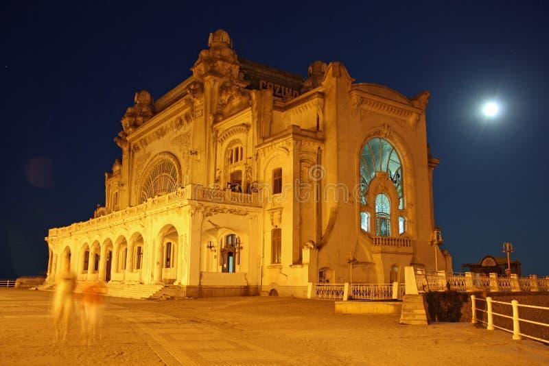 Kasino in Constanta (Rumänien) bis zum Nacht stockbilder