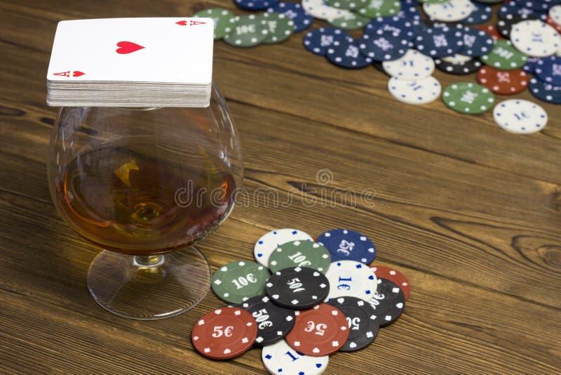 Kasino för dobbleri för alkohol för pokerchipkort arkivfoton