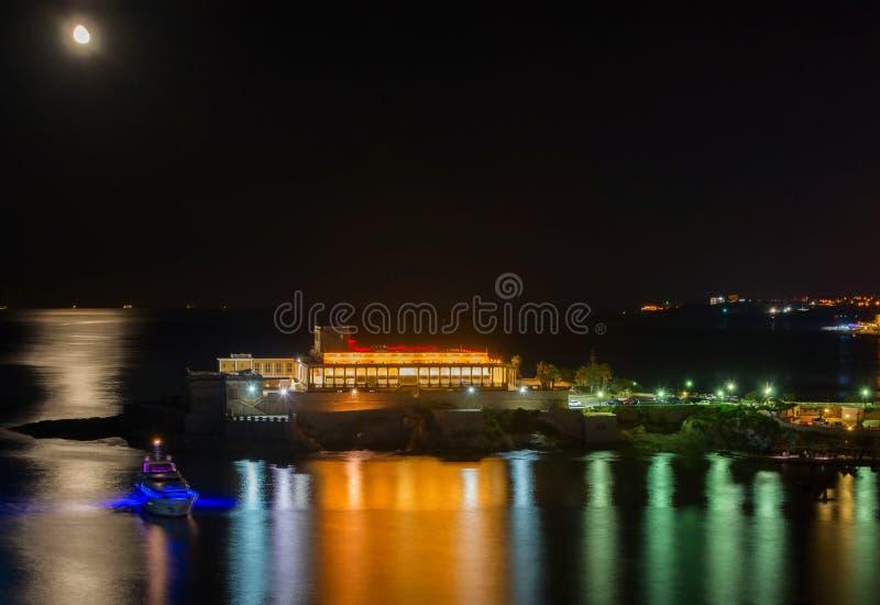 Kasino nachts mit heller Reflexion auf Meer, Malta, Bucht St. Georges, St. Julians stockfotos