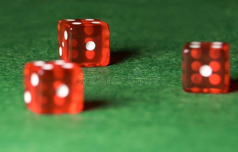 Kasino würfelt auf grünem Stoff Das Konzept des on-line-spielens lizenzfreie stockfotos