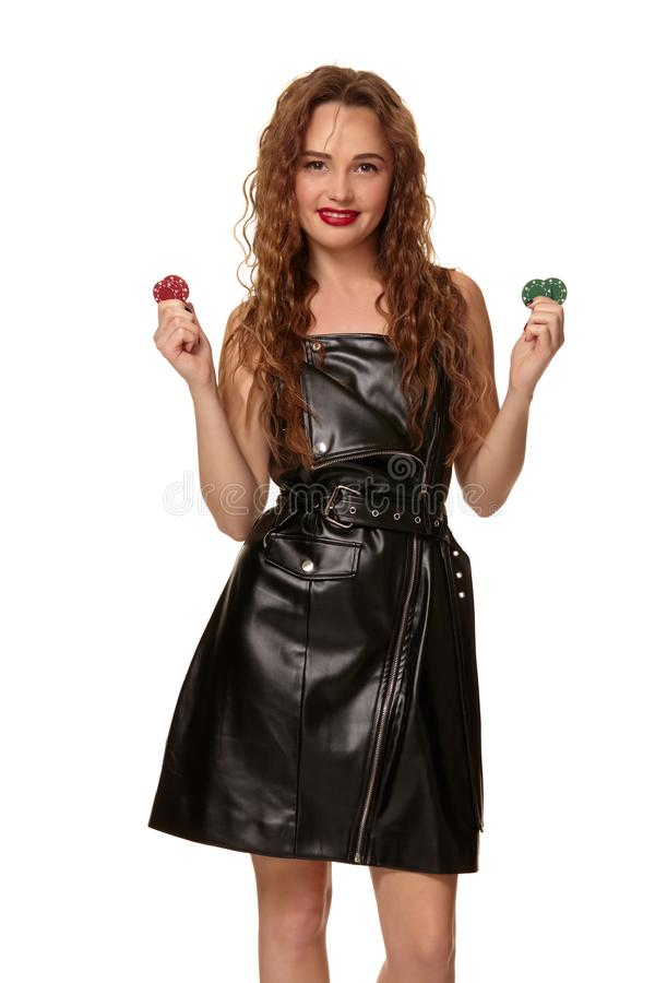 KASINObegrepp St?ende av den unga n?tta caucasian kvinnan som spelar i kasino Roulett pokerchiper, kort, hjul royaltyfri fotografi