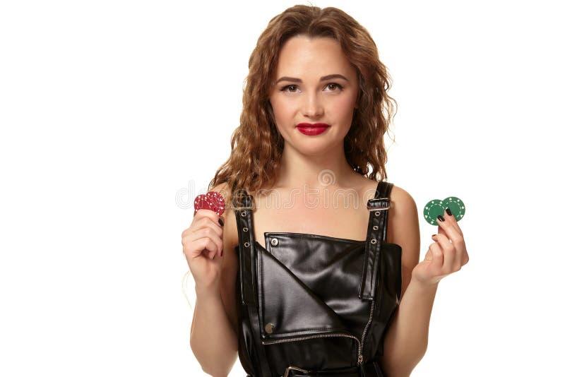 KASINObegrepp St?ende av den unga n?tta caucasian kvinnan som spelar i kasino Roulett pokerchiper, kort, hjul royaltyfria foton