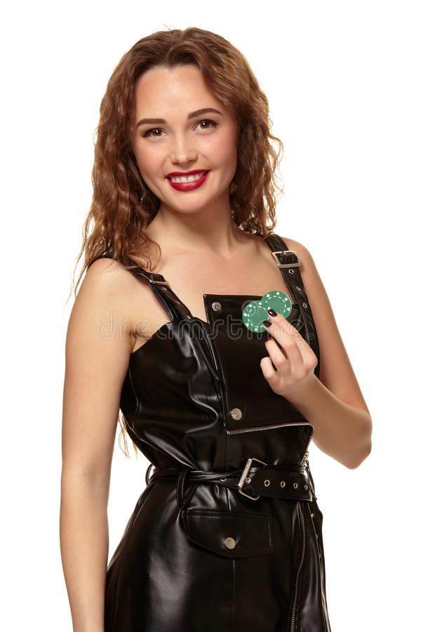 KASINObegrepp St?ende av den unga n?tta caucasian kvinnan som spelar i kasino Roulett pokerchiper, kort, hjul arkivfoton