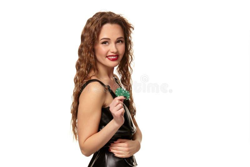 KASINObegrepp St?ende av den unga n?tta caucasian kvinnan som spelar i kasino Roulett pokerchiper, kort, hjul royaltyfri foto