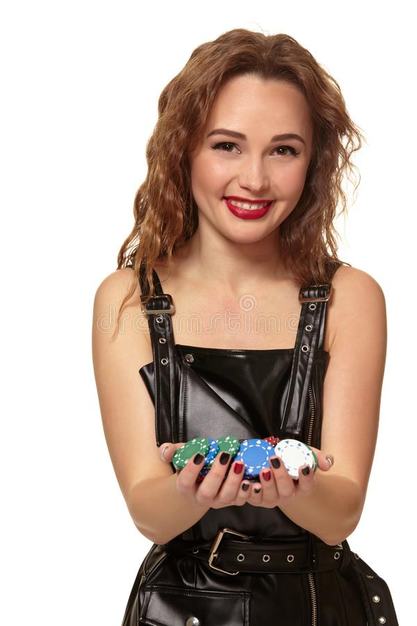 KASINObegrepp St?ende av den unga n?tta caucasian kvinnan som spelar i kasino Roulett pokerchiper, kort, hjul royaltyfria bilder