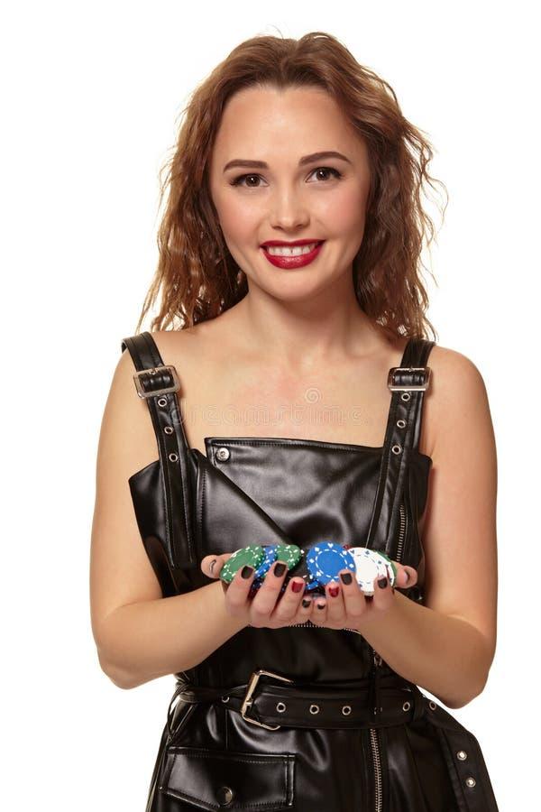 KASINObegrepp St?ende av den unga n?tta caucasian kvinnan som spelar i kasino Roulett pokerchiper, kort, hjul arkivbild