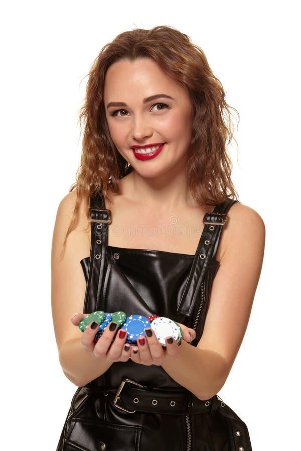 KASINObegrepp St?ende av den unga n?tta caucasian kvinnan som spelar i kasino Roulett pokerchiper, kort, hjul arkivbilder