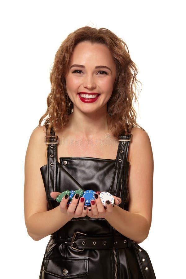 KASINObegrepp St?ende av den unga n?tta caucasian kvinnan som spelar i kasino Roulett pokerchiper, kort, hjul fotografering för bildbyråer