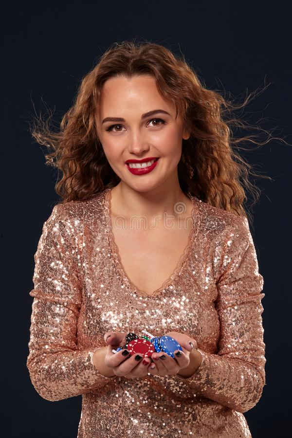 KASINObegrepp St?ende av den unga n?tta caucasian kvinnan som spelar i kasino Roulett pokerchiper, kort, hjul som ?r svart royaltyfri foto