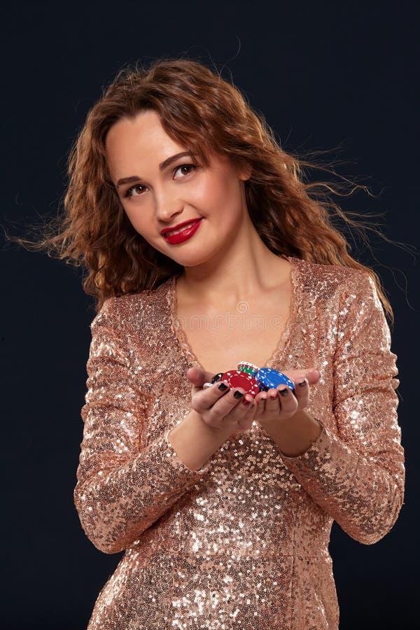 KASINObegrepp St?ende av den unga n?tta caucasian kvinnan som spelar i kasino Roulett pokerchiper, kort, hjul som ?r svart fotografering för bildbyråer