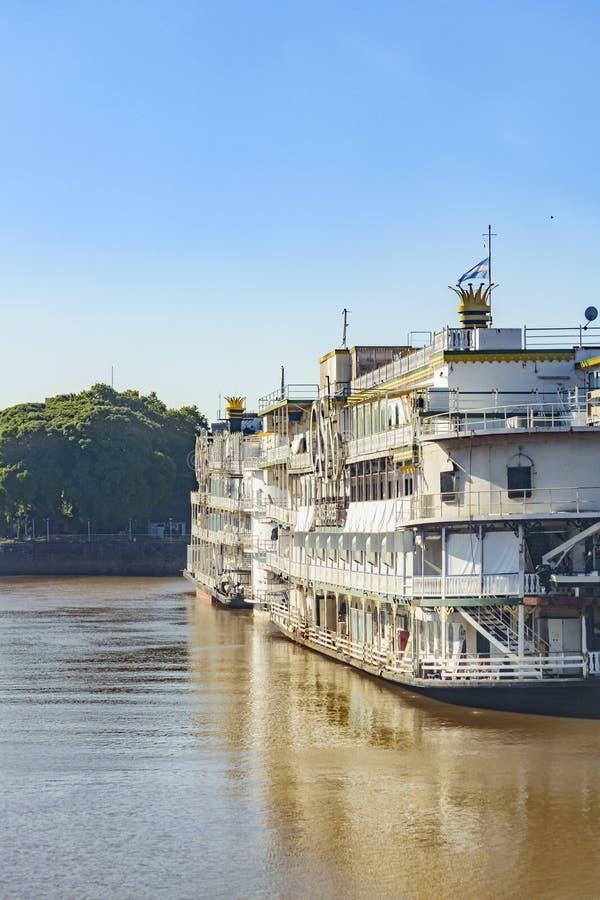 Kasinofartyg som parkeras på floden royaltyfri bild