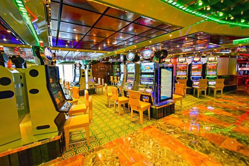 Kasinoområde ombord kryssningskeppet Costa Favolosa av sändningsföretaget Costa Crociere royaltyfria foton