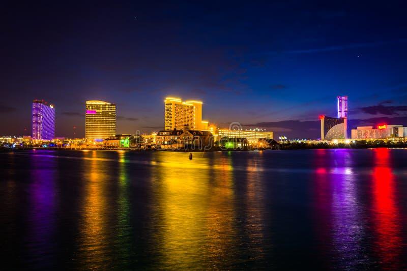 Kasinos, die in Clam Creek nachts in Atlantic City, neu sich reflektieren stockfoto