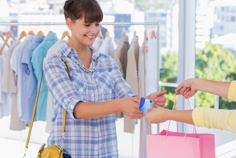 Kasjer daje kredytowej karcie uśmiechnięty klient obraz royalty free